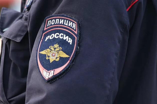 Саратовские полицейские забирали телефоны задержанных и переводили деньги на свои карты