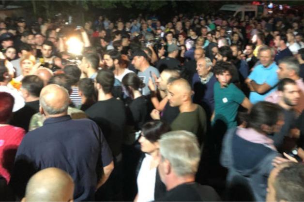 В Тбилиси начались беспорядки после оскорбления Путина ведущим телеканала «Рустави 2»