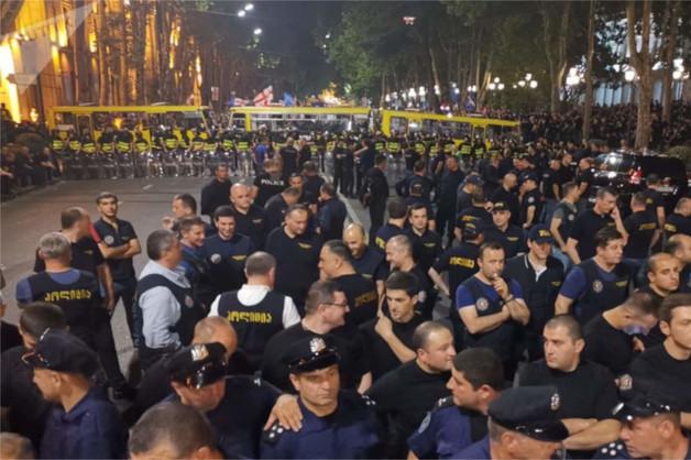Протестующие в Тбилиси отказались расходиться из-за страха потерять место