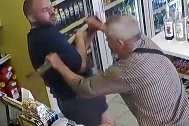 Водитель с лопатой спас девушку от насильника на АЗС под Омском