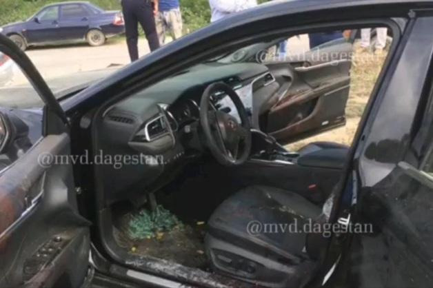 Мужчина с огнестрелом сел за руль в Дагестане. По дороге он скончался, а автомобиль перевернулся