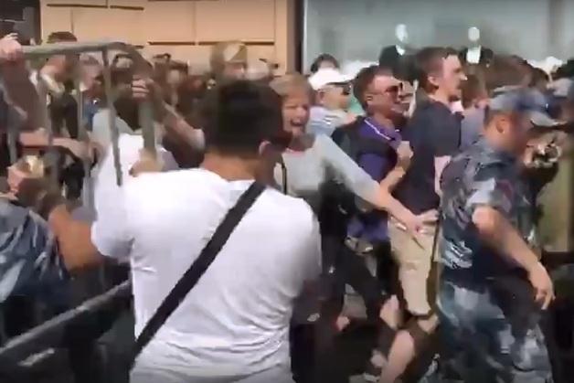 Митингующие прорвали полицейское оцепление на Тверской