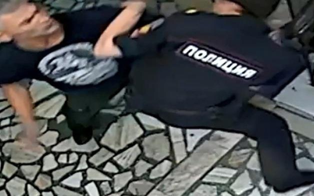Задержанный житель Красноярска напал на полицейского в отделении МВД
