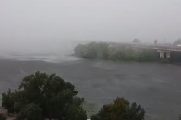 """В Киеве ураган """"поглотил"""" мост Патона: завораживающее видео"""