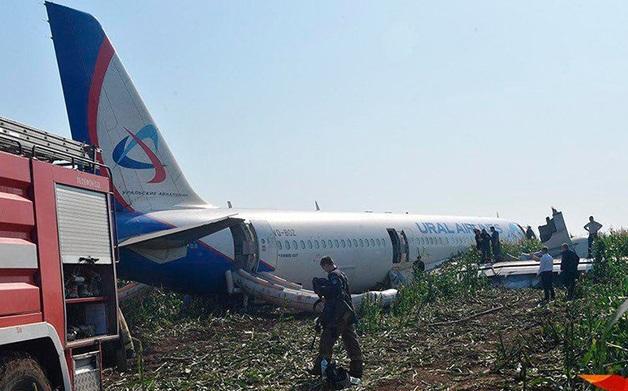 Бузова, Собчак и Басков благодарят пилота, посадившего самолет в поле