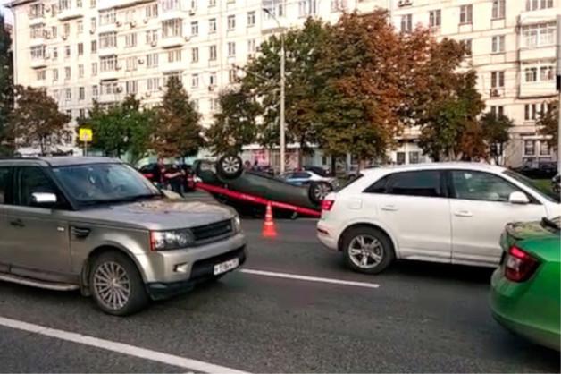 В центре Москвы автомобиль Следственного комитета столкнулся с мотоциклом и перевернулся