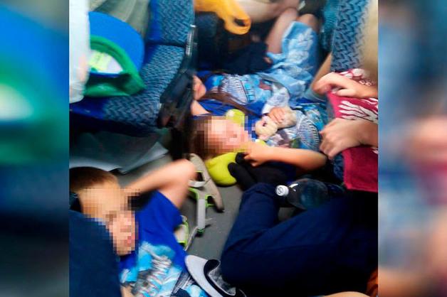 Автора фото с ехавшими на полу автобуса детьми обвинили в постановке