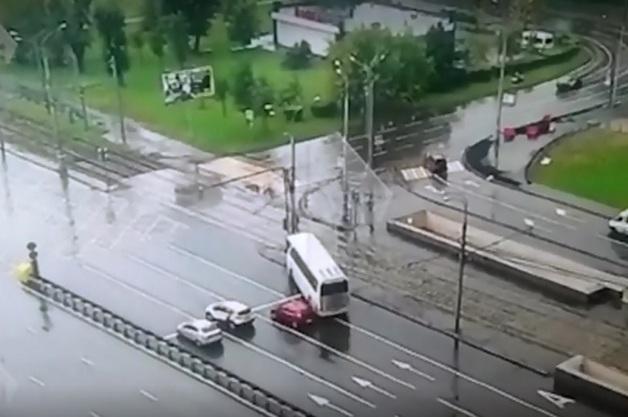 Автобус с китайцами протаранил столб на востоке Москвы. Видео ДТП, в котором пострадали 15 человек