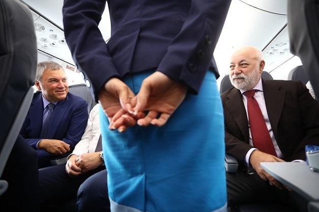 Володин и Вексельберг прилетели в новый аэропорт Саратова эконом-классом. Бортпроводником у них работал гендиректор «Победы»