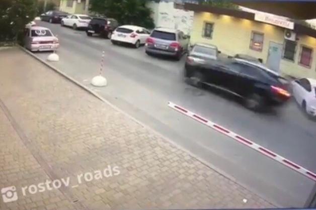 В Ростове-на-Дону уходивший от погони водитель Lexus протаранил припаркованные автомобили