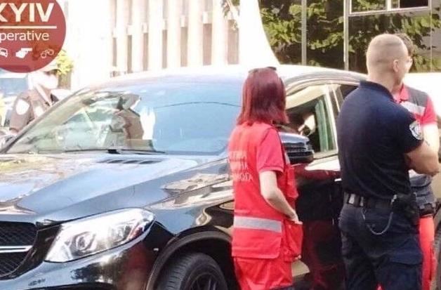 Трусы на зеркале и водка в салоне: в Киеве водитель Mercedes отрубился на ходу