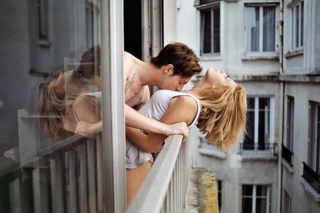 Во Франции туристы упали с балкона во время экстремального секса