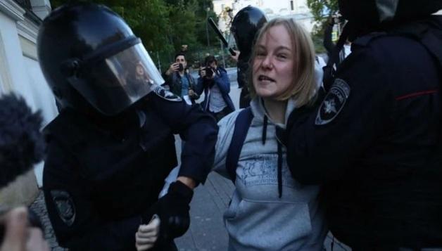 Суд вернул полиции протокол на активистку Сосновскую, которую ударили в живот при задержании