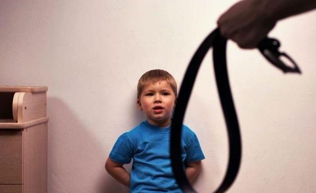 Била лопатой и морила голодом. В Алтайском крае истязавшая двух мальчиков мачеха отделалась условным сроком