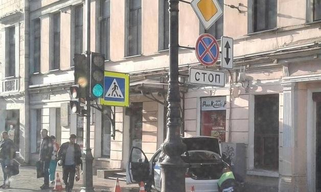 В Петербурге «Мерседес» полиции врезался в стену дома на Невском проспекте