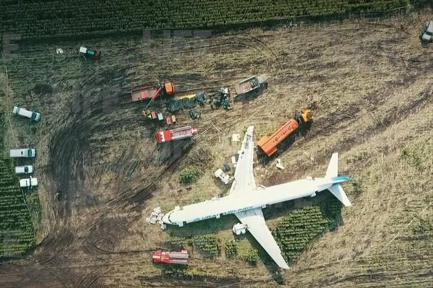 В Подмосковье начали разбирать севший в поле A321