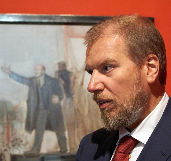 Алексей Ананьев спрятал русский реализм под юбкой жены