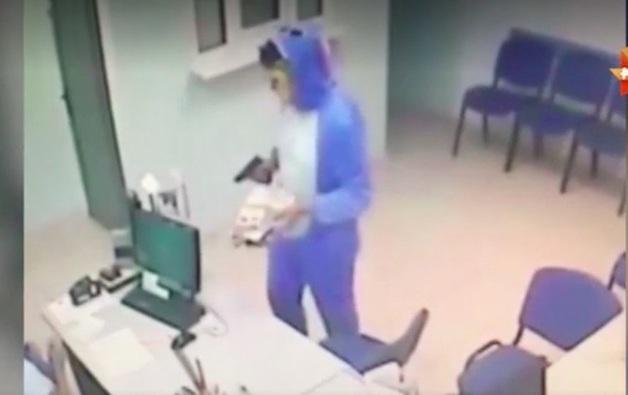 В Тольятти задержали грабителя, который нападал на офисы микрозаймов в костюме зайца