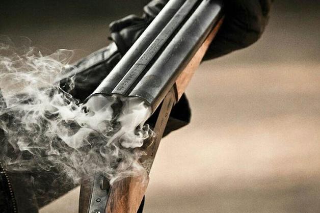 Выборгский охранник напал на мужчину с обрезом из-за того, что тот не поделил с его супругой место для выгула собак