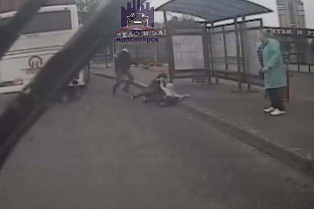 В Красноярске водитель автобуса жал на газ, когда из дверей кубарем выпала женщина с ребенком