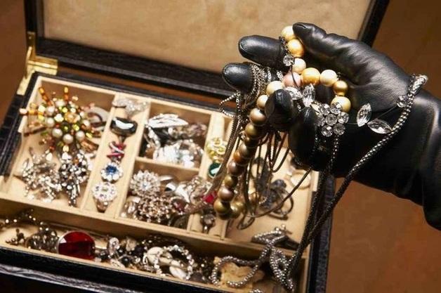 На Троещине вооруженный обрезом налетчик ограбил ювелирный магазин — СМИ