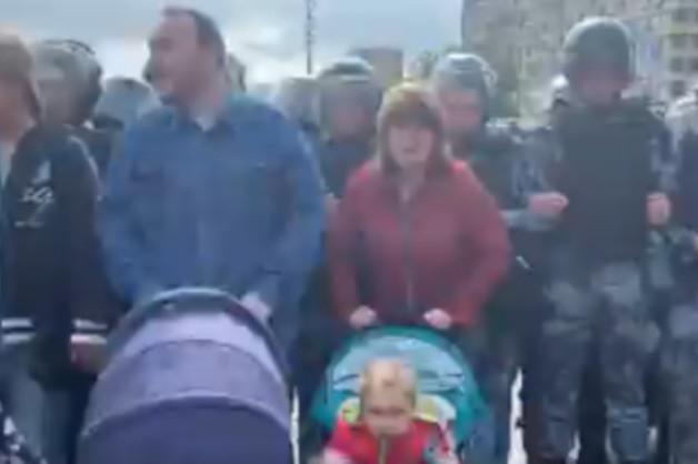В Москве еще одну пару хотят лишить родительских прав за участие в митинге