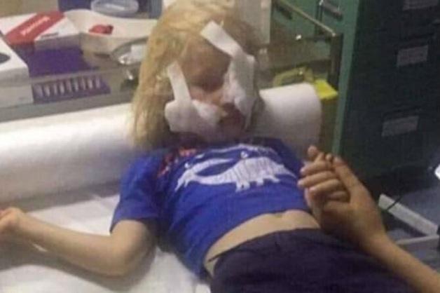 Видео: в Тбилиси прохожая ударила ножом в лицо ребенка и не спеша скрылась
