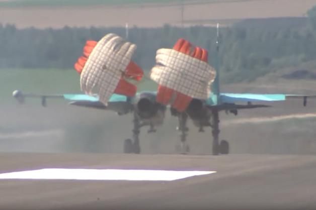 Посадка Су-34 и Ан-26 на строящуюся автомагистраль попала на видео