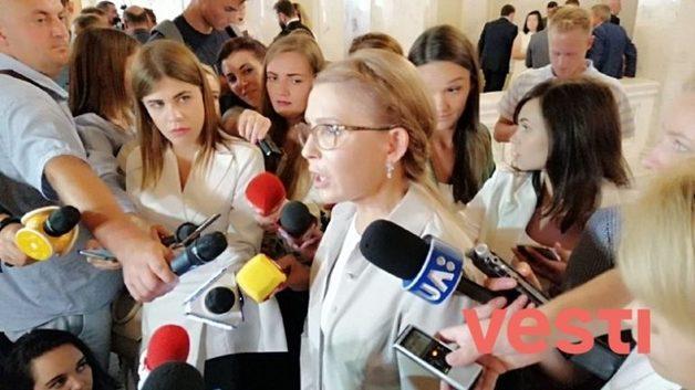 Тимошенко показала в Раде новую прическу и губы уточкой