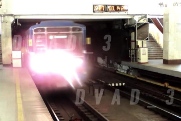 Нижегородский блогер лег под проходящий поезд в метро. Полиция начала проверку