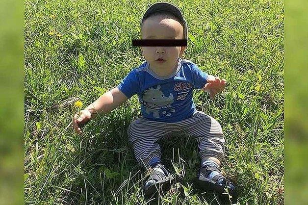Пропавший ночью из кроватки годовалый ребенок найден мертвым под слоем навоза