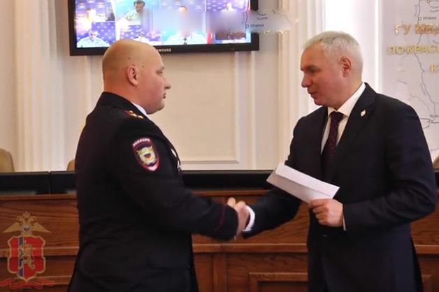 Полицейским Красноярска выдали 82 тысячи руб за отказ от взяток