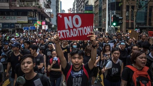 """Протестующие в Гонконге посмотрели фильм о Майдане """"Зима в огне"""": организаторов показа задержали"""