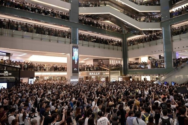 В Гонконге люди начали петь собственный гимн в торговых центрах в знак протеста против закона об экстрадиции