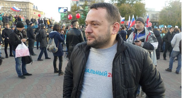 К координатору штаба Навального в Новосибирске снова пришли с обыском. Его жену увезла скорая