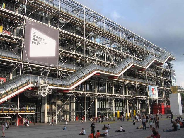 Посетитель Центра Помпиду в Париже ударил ножом картину Даниеля Бюрена