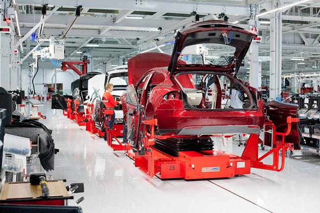 Рабочие об условиях на заводе Tesla: «Люди теряли сознание, падая на пол, разбивая лица»