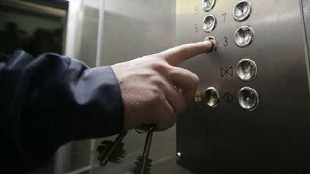 В Киеве в одном из домов оборвался лифт и пролетел несколько этажей. В нем находились пассажиры