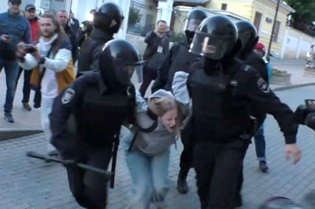СКР отправил в Росгвардию заявление девушки, избитой полицейским на митинге в Москве