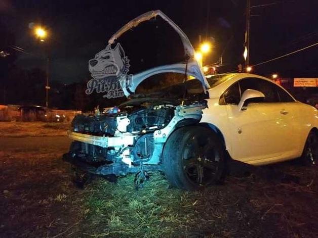 Пьяная девушка за рулем белого Peugeot снесла ограждение на столичном проспекте