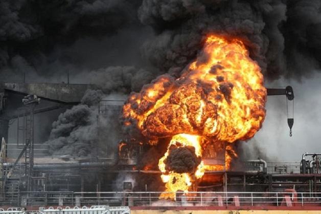 В Южной Корее взорвался танкер с российскими моряками. Момент взрыва попал на видео
