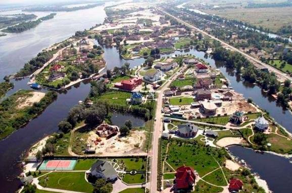 Элитные имения по 4 тыс. грн: экс-топ-чиновников таможни уличили в наглой схеме в Конча-Заспе