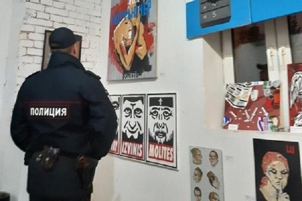 В Москве силовики сорвали оппозиционную выставку, приуроченную к дню рождения Путина