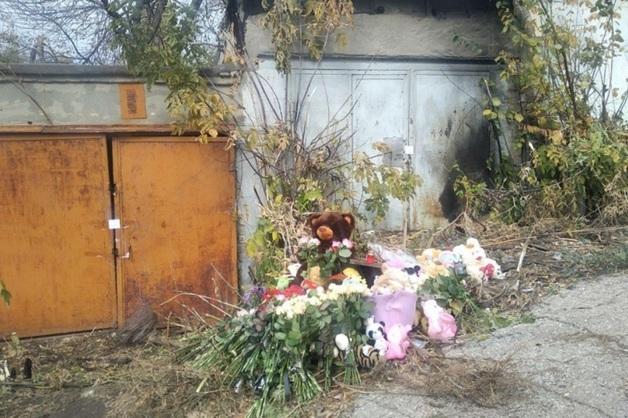 Жители Саратова несут цветы к месту убийства Лизы