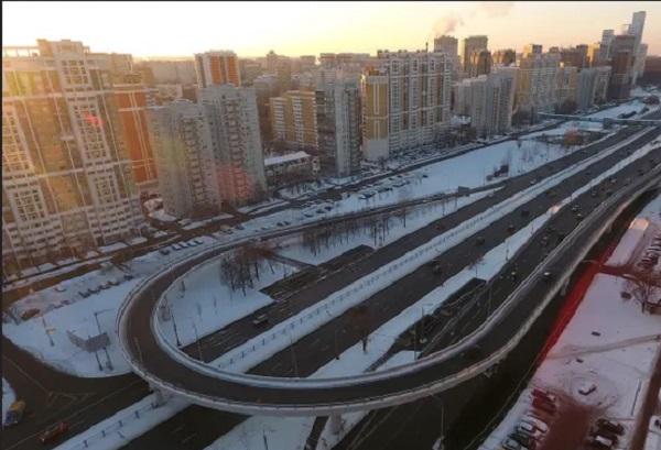 На Рублевском шоссе за миллиард рублей построили новую эстакаду вместо временной. Правда, это та же самая эстакада