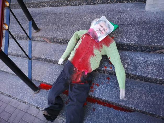 В Киеве на ступени синагоги подбросили «окровавленное» чучело Коломойского