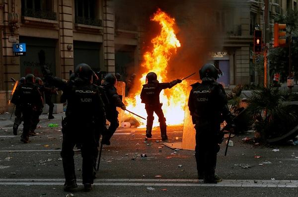 В Барселоне полиция начала применять оружие в стычках с протестующими