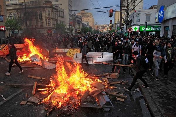 В результате беспорядков из-за повышения цен на метро в Чили погибли восемь человек
