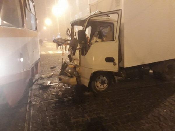 В центре Одессы грузовик в густом тумане врезался в трамвай