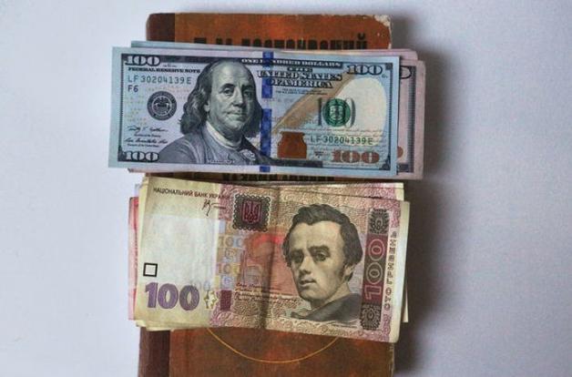 Доллар упрямо карабкается вверх, чего не скажешь о евро: свежий курс от НБУ